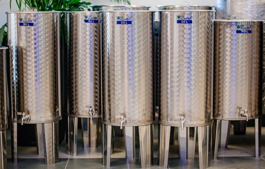 Úszófedeles bortartályok
